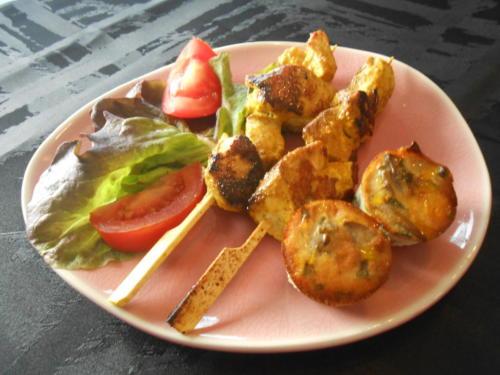 Brochettes de poulet au curry et flan aux champigons